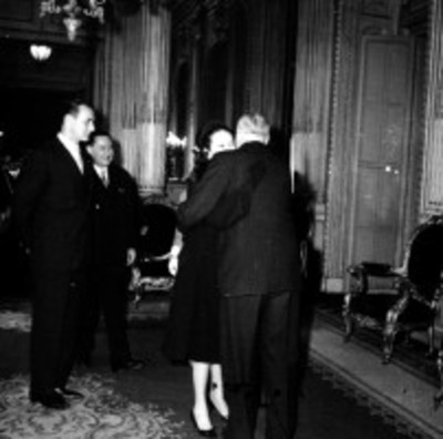 Eva Sámano da abrazo a un hombre durante una ceremonia en Palacio Nacional