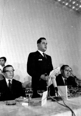 Funcionario da discurso durante una ceremonia