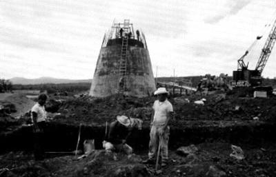 Trabajadores realizan labores durante una construcción