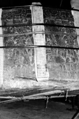 Detalle del monolito, Piedra de Tizoc durante su traslado al Museo