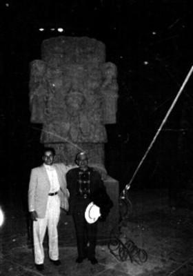 Hombres junto a la escultura de Coatlicue