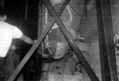 Trabajos de colocación del monolito Piedra del Sol en el Museo Nacional de Antropología e Historia