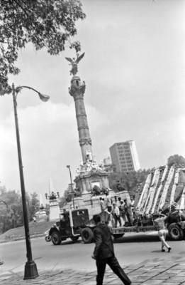 Traslado de la Piedra del Sol por Paseo de la Reforma al paso por el Ángel de la Independencia