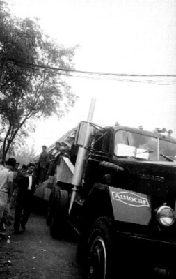 Autotransporte que carga la Piedra del Sol en su trayecto al Museo Nacional de Antropología e Historia