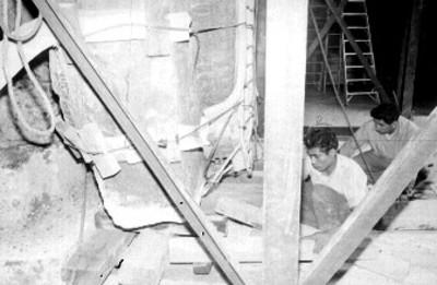 Hombres al pie de la Piedra del Sol hacen maniobras en su colocación final en el museo