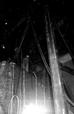 Hombres sobre la Piedra del Sol manipulan cuerda y poleas para su descarga en el museo