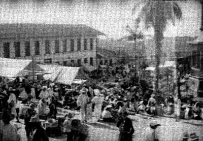 Numeroso grupo de personas recorre tianguis