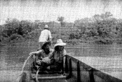 Hombres abordo de una lancha en un río