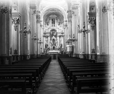 Interior de una Iglesia. Nave vista hacia el altar mayor