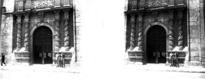 Jovénes en la entrada de una iglesia