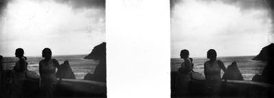 Turistas en un mirador con vista al mar
