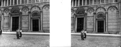 Pareja en un edificio antigüo, retrato