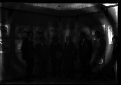 Gerardo Murillo, pintor acompañado de sus discipulos en una exposición, retrato de grupo