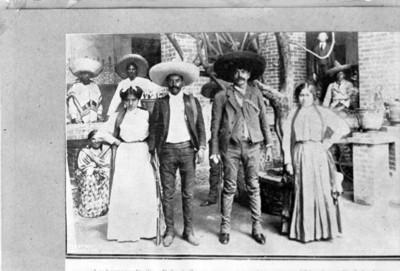 Emiliano y Eufemio Zapata acompañados de sus esposas