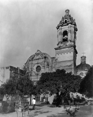 Hombre frente a una iglesia