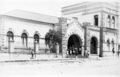 Estación de ferrocarril, fachada