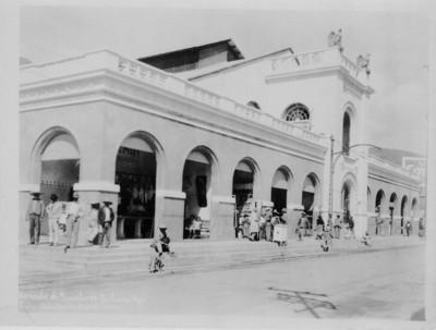 """Gente deambula afuera del """"Mercado de Barreteros"""""""