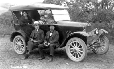 Grupo de personas en un automóvil