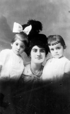 María Ficher y sus hijas Rosa y Margarita