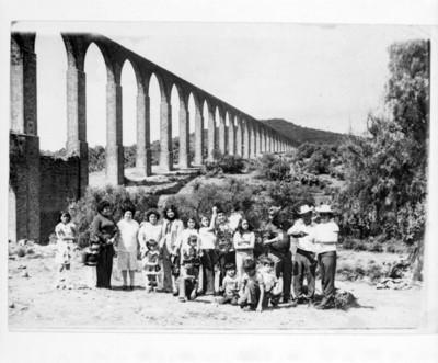 Grupo de personas bajo el acueducto de Zempoala, retrato de grupo