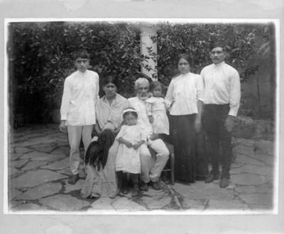 Familia posa para fotografía, retrato de grupo