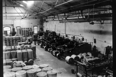 Obreros en la planta industrial, vista interior