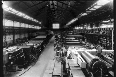 Obreros en la fábrica de papel, vista interior