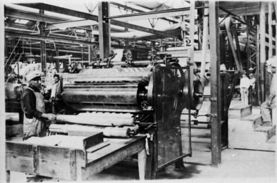 Trabajadores maniobran maquinaria en la Fábrica San Rafael