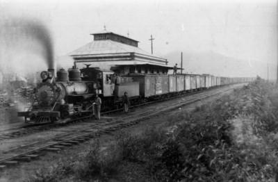 Hombres en la estación de ferrocarril, ramal de la fábrica San Rafael