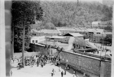 Obreros en la entrada de la fábrica de papel San Rafael, vista panorámica