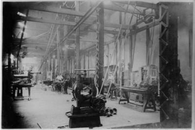 Trabajadores en el interior de la fábrica de San Rafael