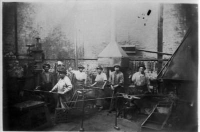 Obreros trabajan con maquinaria para laminar madera