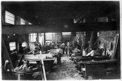 Maquinaria y troncos en patios de la Fábrica de San Rafael