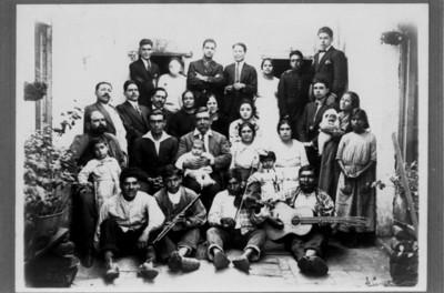 Familia y músicos en el patio de una casa, retrato de grupo