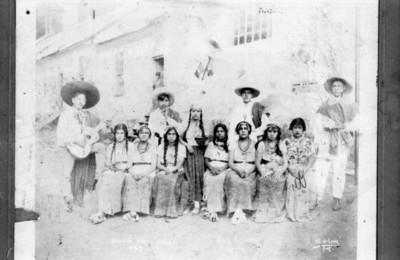 Hombres y mujeres celebran las fiestas patrias, retrato de grupo