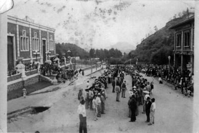 """Aglomeración en la entrada de la Fábrica de San Rafael y frente al almacén """"La Gran Unión"""""""
