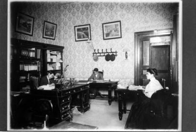 Hombres y mujer trabajan en un despacho de la Fábrica San Rafael