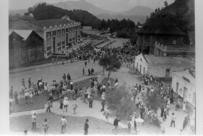 Gente durante manifestación, en las calles de la fábrica San Rafael