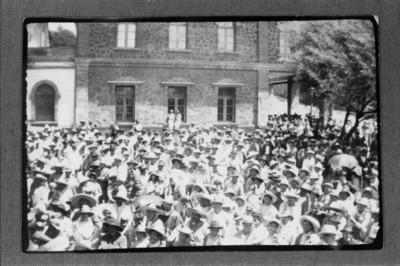 Aglomeración de trabajadores reunidos en calles de San Rafael