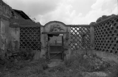 Puerta de patio en ruinas