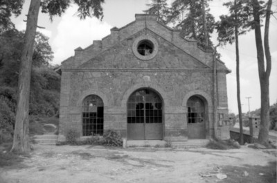 Edificio en ruinas con vidrios de ventanas rotos