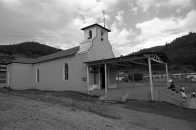 Personas en la entrada de parroquia en el poblado de San Rafael