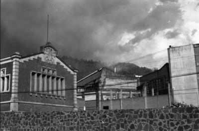 Edificio en la entrada de la fábrica de San Rafael, fachada