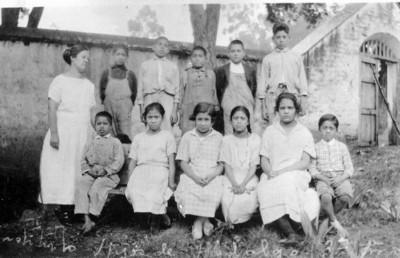 Alumnos y maestra, retrato de grupo