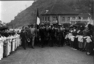 Hombres durante bienvenida en el pueblo de San Rafael