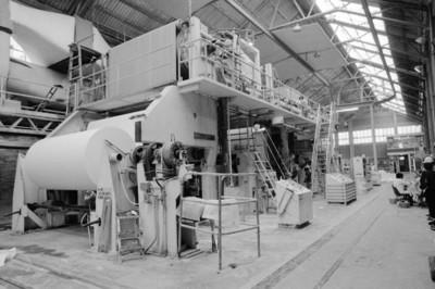 Obreros en la fábrica San Rafael junto a maquinaria