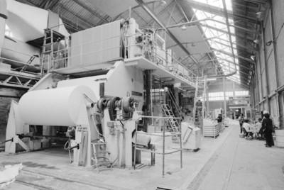 Obreros y maquinaria en la fábrica de papel San Rafael