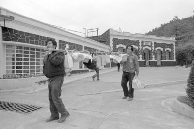 Trabajadores de San Rafael cargan canastas con almuerzo