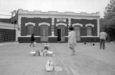 Mujeres colocan canastas con almuerzos en instalaciones de fábrica de papel