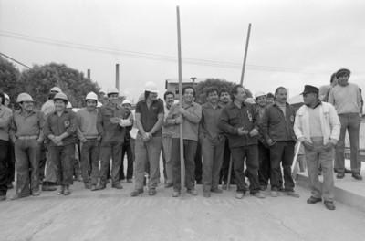 Trabajadores, con garrochas y cascos, retrato de grupo